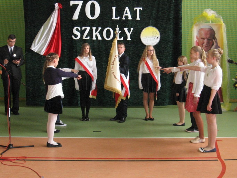 Na 70–lecie Szkoła Podstawowa wLubiszynie  otrzymuje imię oraz sztandar